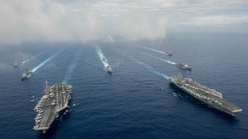 尼米茲號和列根號航母戰鬥群在菲律賓海域。(Specialist 3rd Class Jake Greenberg/U.S. Navy via Getty Images)