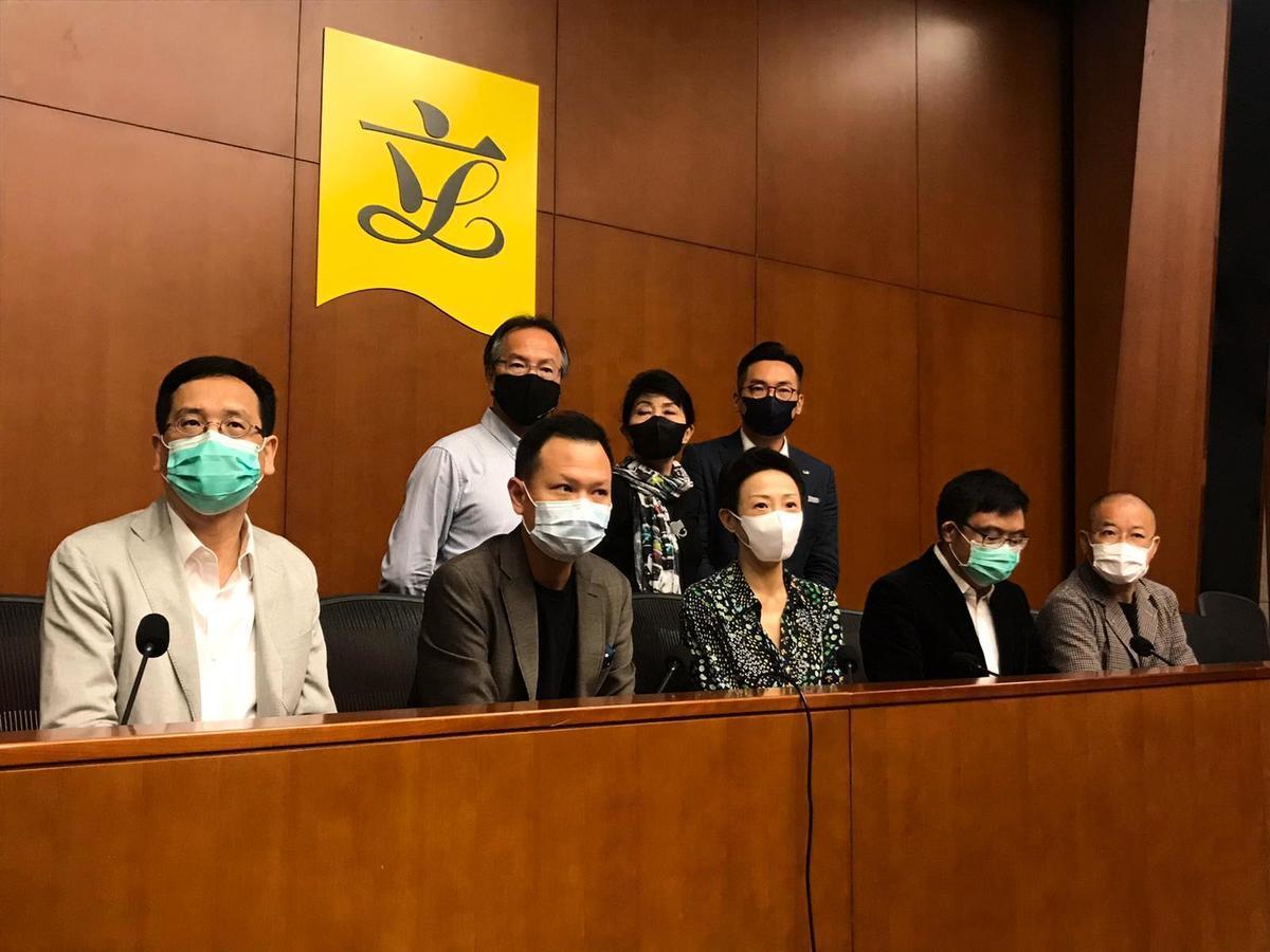 6月30日晚,民主派立法會議員在今晚召開記者會表示,「港版國安法」標誌著一國兩制死亡。(張旭顏/大紀元)
