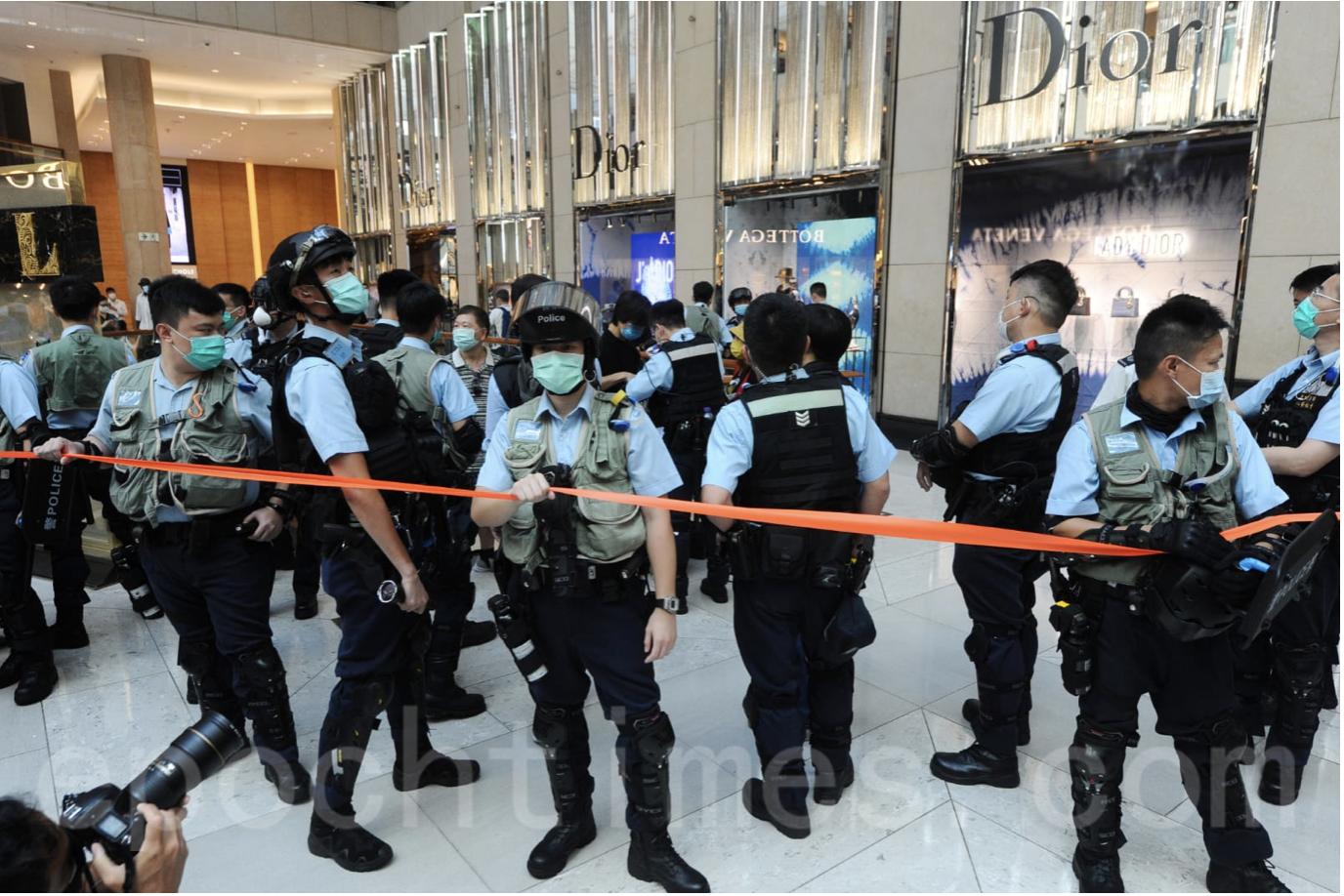 活動期間,警察突然拉上封鎖帶,阻止記者和一位外籍人士走進。之後警察撤下封鎖帶。現場民眾繼續在廣場內呼叫口號。(宋碧龍/大紀元)