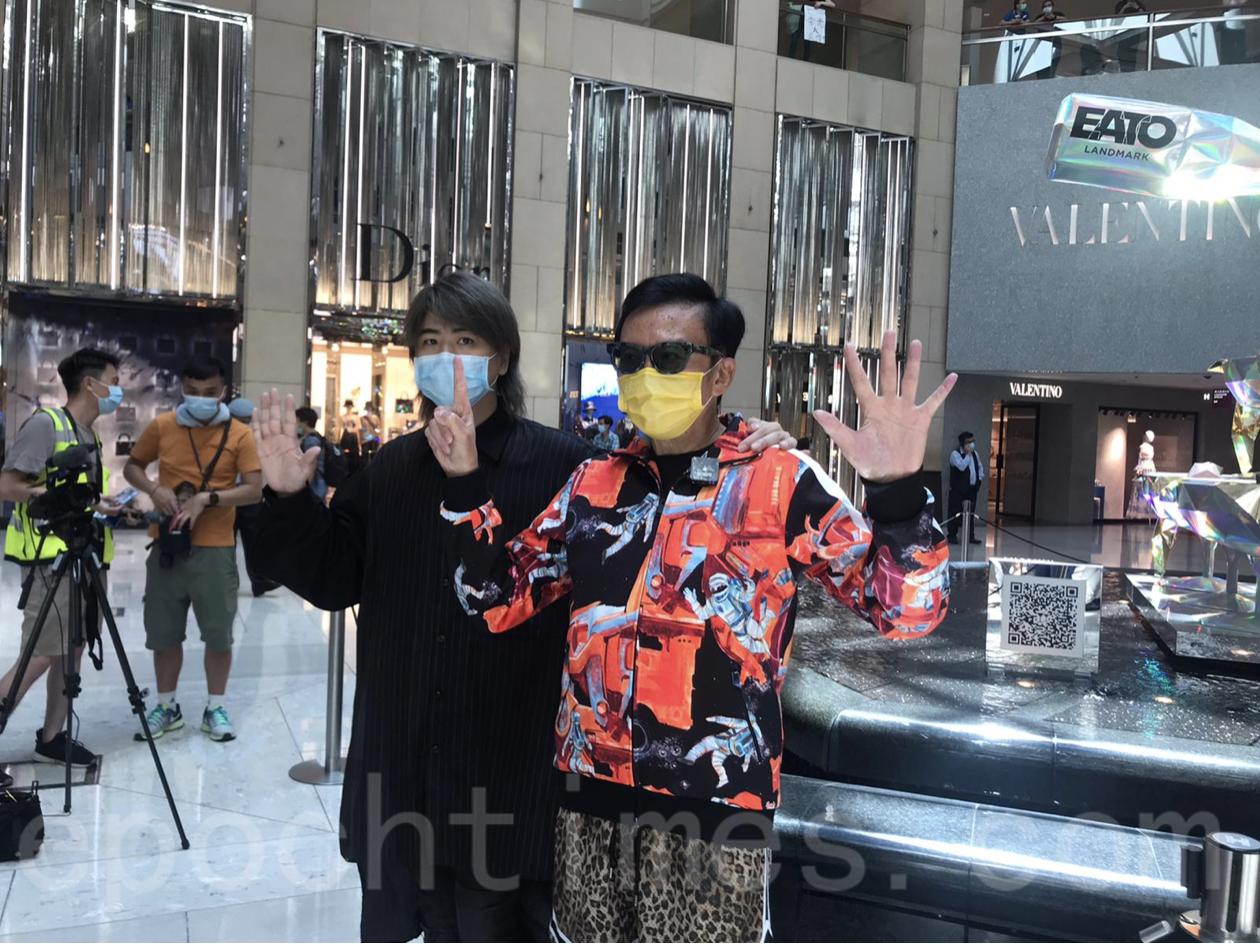 香港歌手阮民安(Tommy)與經常出席活動的劉公子(右)。(張旭顏/大紀元)