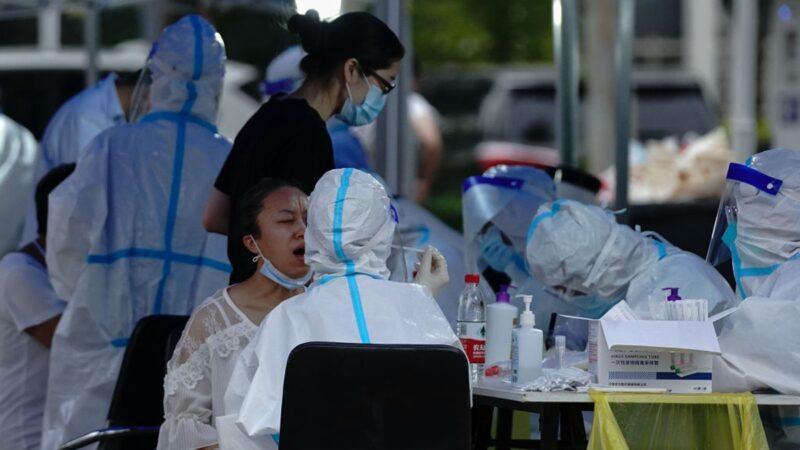中共持續瞞報疫情,據內部文件顯示,北京一家醫院確診和收治的染疫病例數,就超過官方公佈的20所醫院總數。(Lintao Zhang/Getty Images)