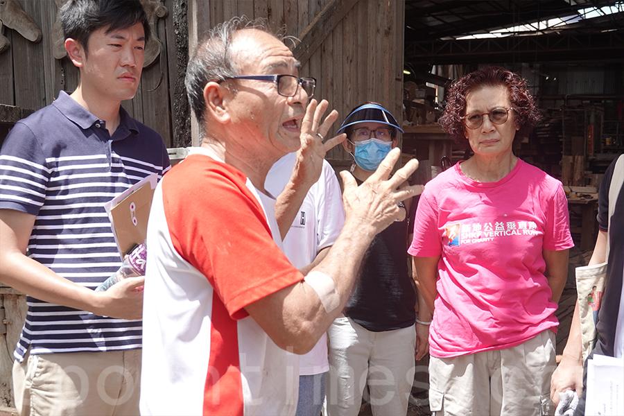 木廠的第二代繼承人王鴻權希望政府能夠保育這個本港碩果僅存的大型鎅木廠。(陳仲明/大紀元)