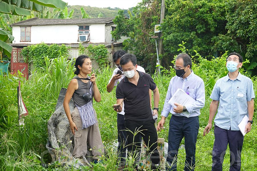 馬寶寶社區農場負責人區晞旻講解「耕住合一」的重要性。(曾蓮/大紀元)