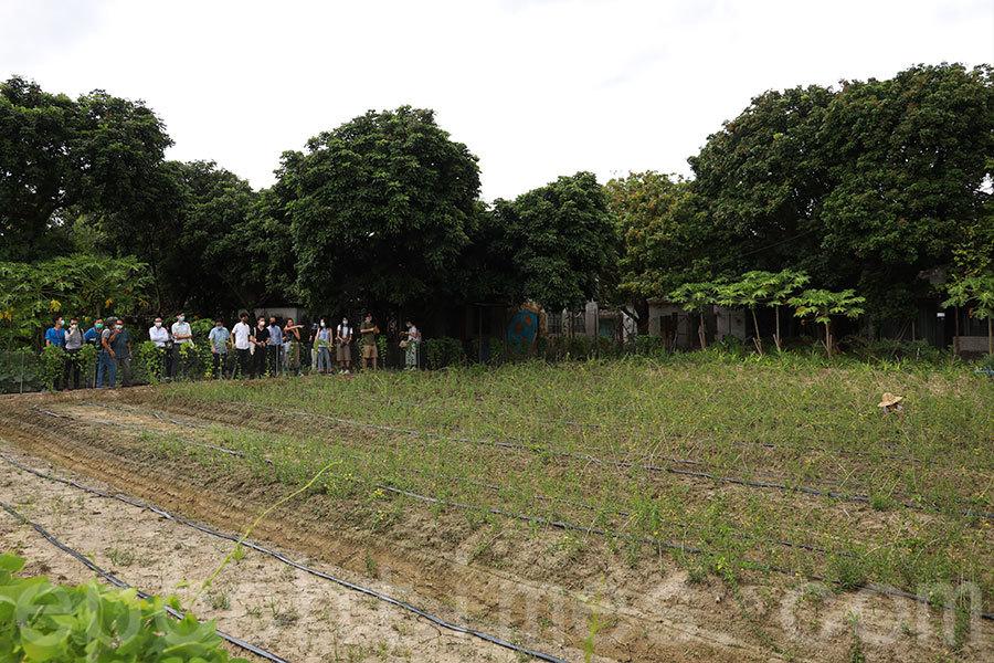 馬寶寶社區農場負責人區晞旻講解「耕住合一」的重要性。(陳仲明/大紀元)