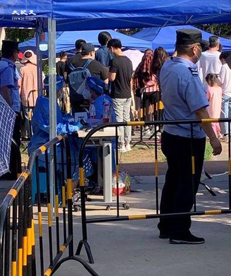 2020年6月30日下午四點,田村山核酸檢測點保安進行分組。(大紀元)