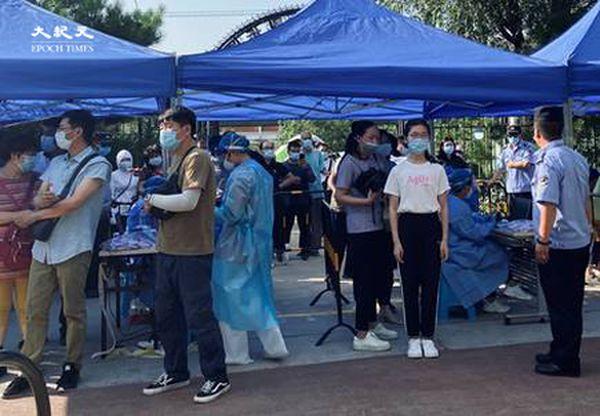 2020年6月30日下午四點,田村山核酸檢測處前一個孩子在排隊。(大紀元)