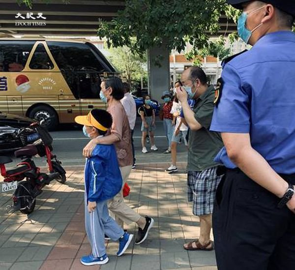 2020年6月30日下午四點,田村山核酸檢測點,老人帶著孩子來檢測。(大紀元)