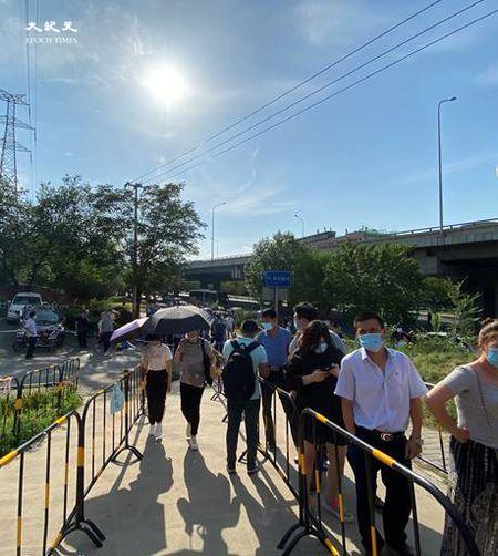 2020年6月30日下午四點,天氣炎熱,田村山核酸檢測點,人們在排隊。(大紀元)