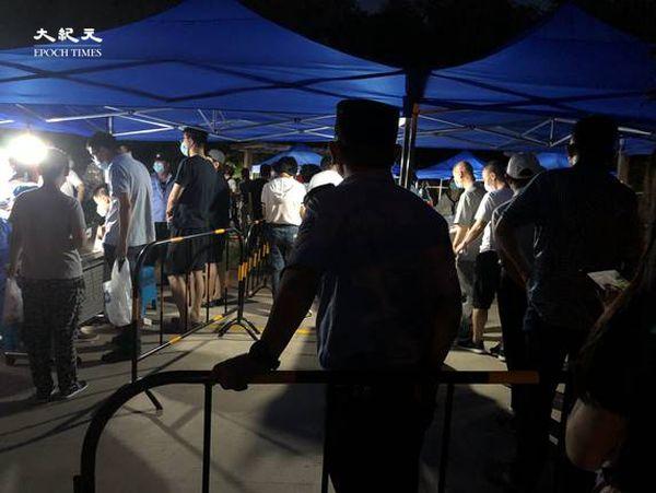 2020年6月30日晚上九點,田村山核酸檢測點,檢測的人依然很多。工作人員說:「沒吃上飯呢!十二點之前做不完,還有三千人呢!」(大紀元)