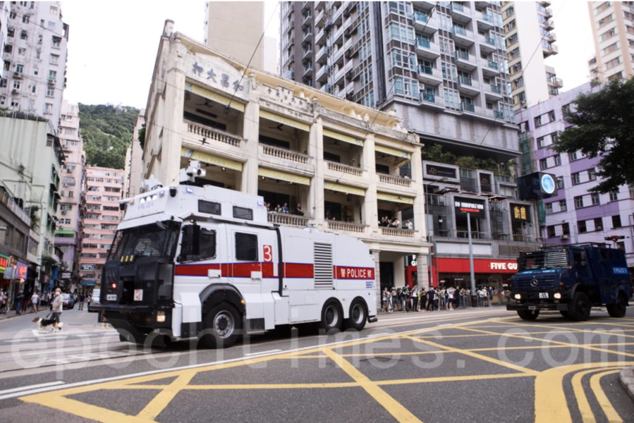 【快訊】警方記利佐治街圍封30人 指記者「衝擊封鎖線」