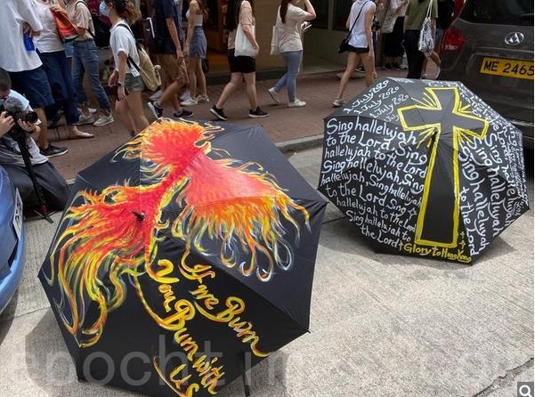 有市民在雨傘上繪畫,表達訴求。(文瀚林/大紀元)