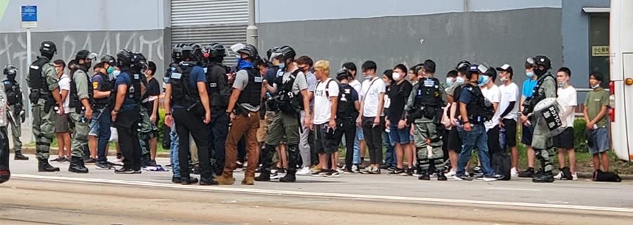 █ 昨日下午5時,維園大批年輕市民被截查及被捕。(音音/大紀元)
