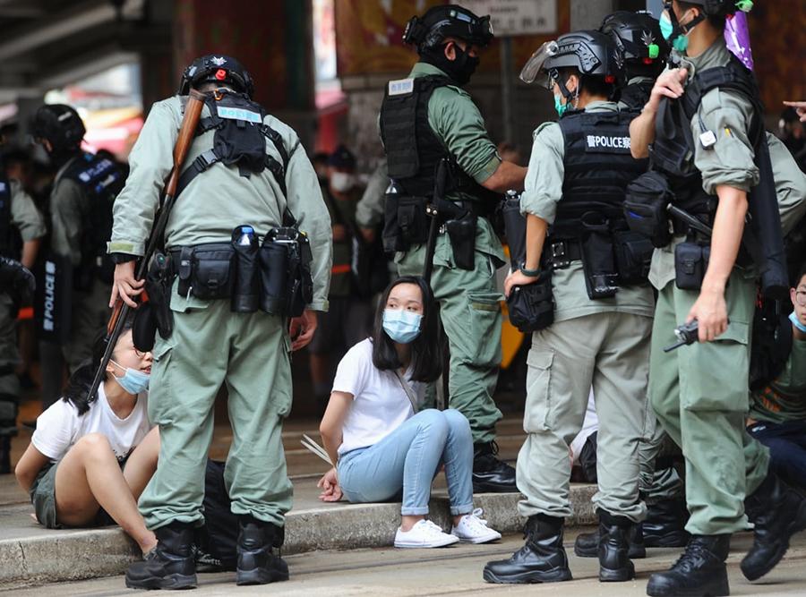 █ 警方在鵝頸橋拘捕大量市民,被捕 人士被反手綁上索帶,坐在地上。( 宋 碧龍/大紀元)