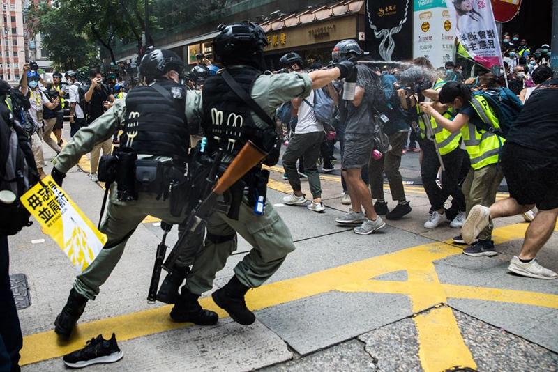 █ 防暴警向記者狂噴胡椒噴劑。(DALE DE LA REY/AFP via Getty Images)
