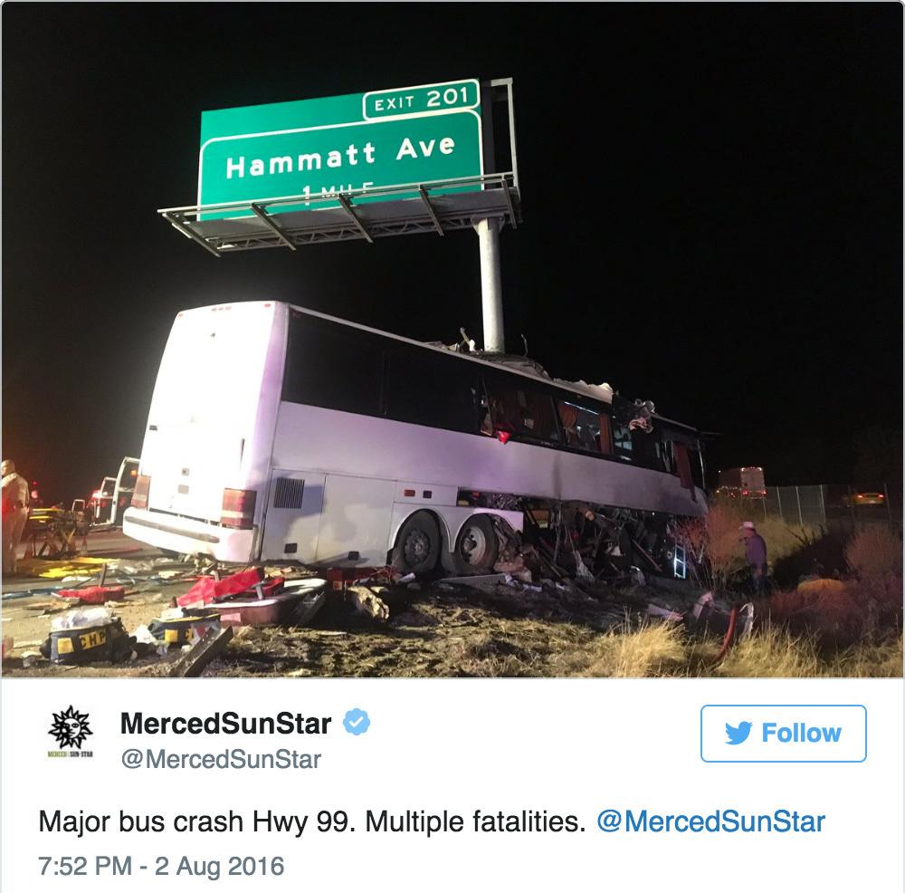 8月2日凌晨,加州中部山谷發生奪命車禍,一輛旅遊巴和大型路牌相撞,旅遊巴前半部分被路牌劏開為兩半,至少5人死亡。(推特擷圖)