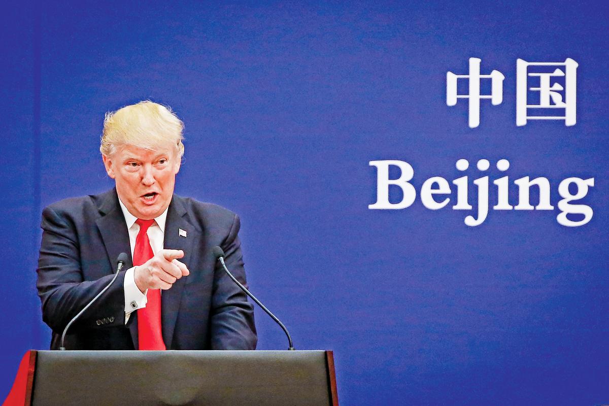 中美之間已經陷入新冷戰。美國全方位遏制中共,幾乎每天都有新的舉動。圖為2017年11月9日,美國總統特朗普在北京。(Thomas Peter-Pool/Getty Images)