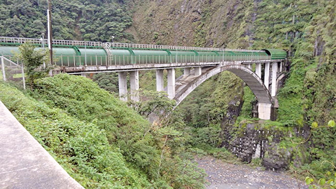 新武界引水隧道引濁水溪的水送至日月潭蓄水調節,再引入發電廠發電。