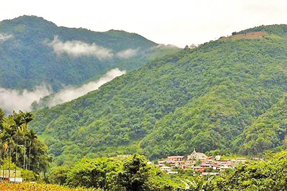 武界四面高山環繞,雲霧繚繞籠罩,增添迷濛之美。