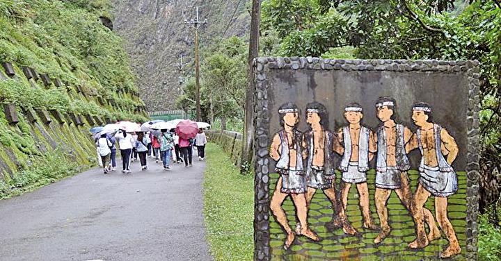 通往引水道拱橋沿路邊,有著布農族原民跳祈福舞的圖騰版畫迎賓。