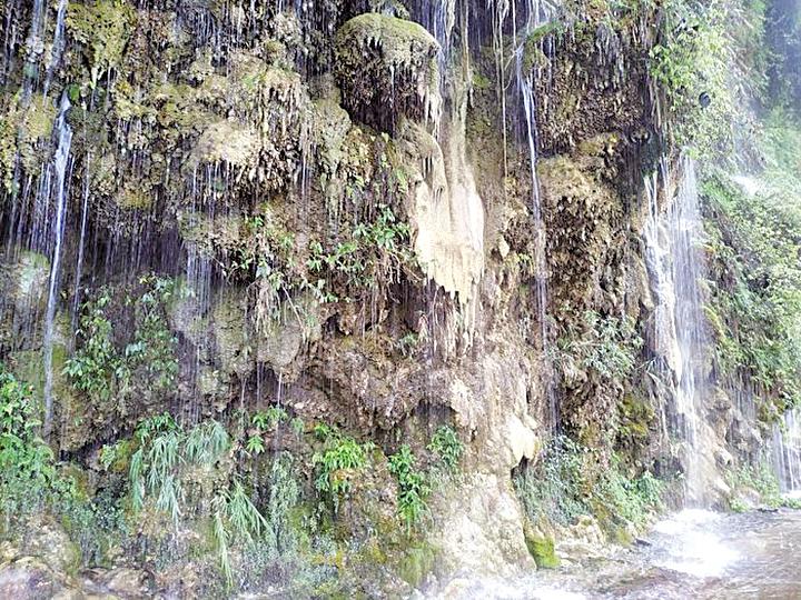 山壁上被雨水沖刷的鐘乳石。