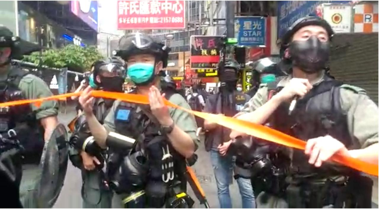 警方在香港百德新街H&M圍捕時的現場,香港大紀元員工張艷在此被逮捕。(香港大紀元)