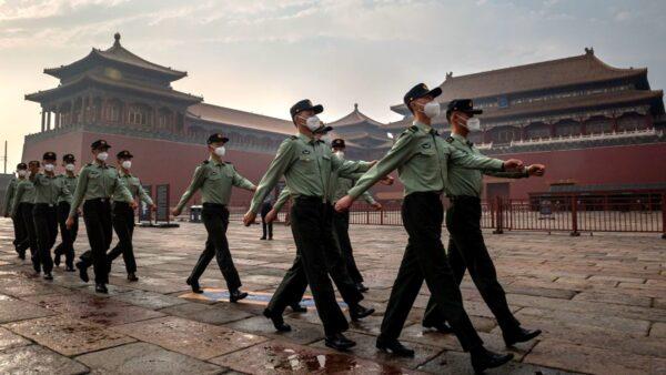 由於疫情北京街頭空無一人,居然出現了大量武警和便衣。示意圖(NICOLAS ASFOURI/AFP via Getty Images)
