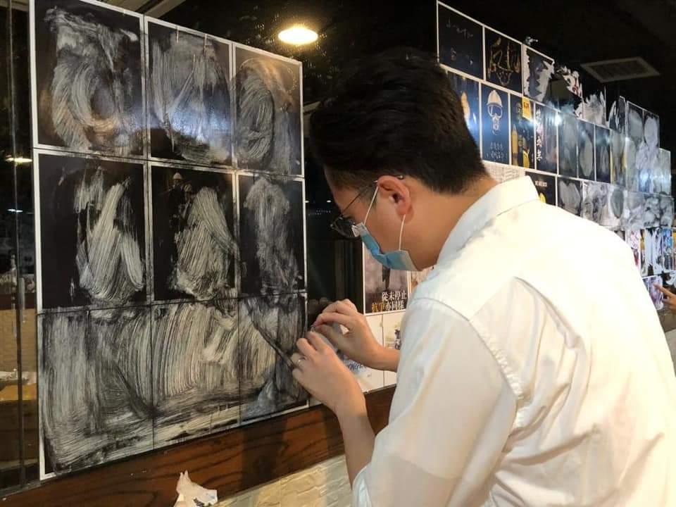 林瑞華與東區區議員李予信今早進入「壹碗壹碟」,協助清理店內文宣。(林瑞華 Facebook 相片)