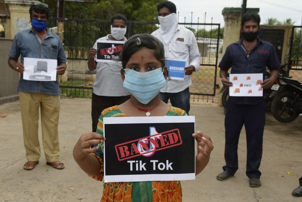 2020年6月30日,印度海德拉巴民眾手舉標語,支持政府禁用抖音等中國程式。(NOAH SEELAM / AFP)