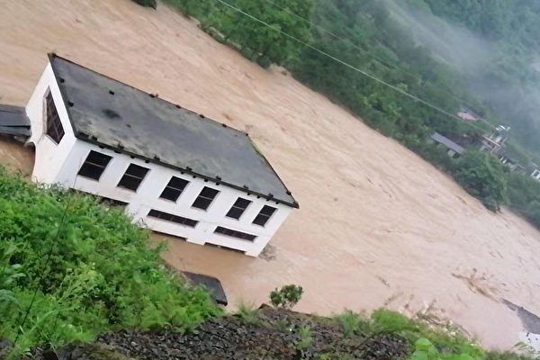 昭通江水一夜暴漲八米 鳳凰古城被淹 南京變河道