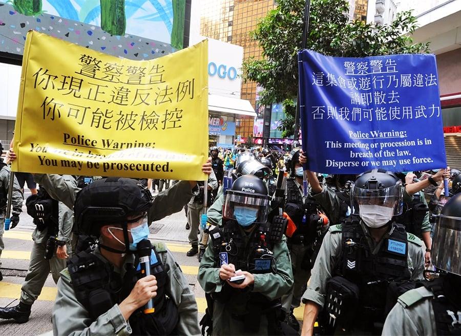 7月1日,警察黃旗、藍旗甚至最新涉及國安法的紫旗都出了,其間錯亂兩種顏色的旗一起出。(大紀元資料圖片)