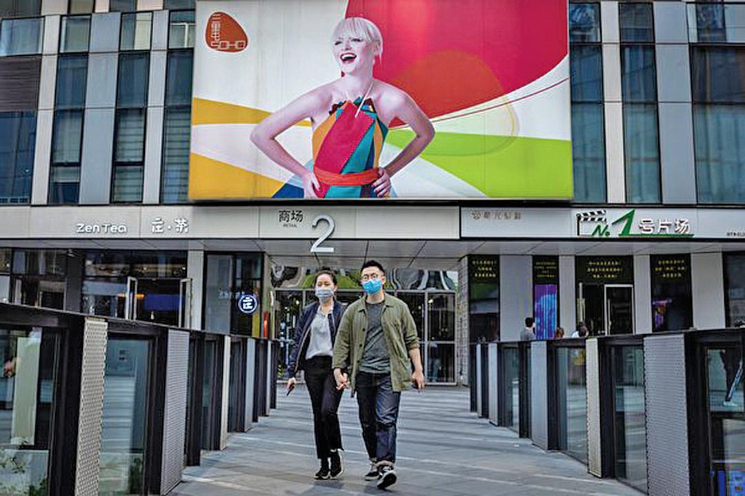 受中美貿易戰及疫情影響,中國經濟持續下行。圖為北京一家購物中心。(Getty Images)