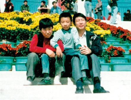 馮曉梅與丈夫王宏斌及兒子。王宏斌被石家莊市勞教所酷刑迫害,2003年含冤離世。(明慧網圖片)