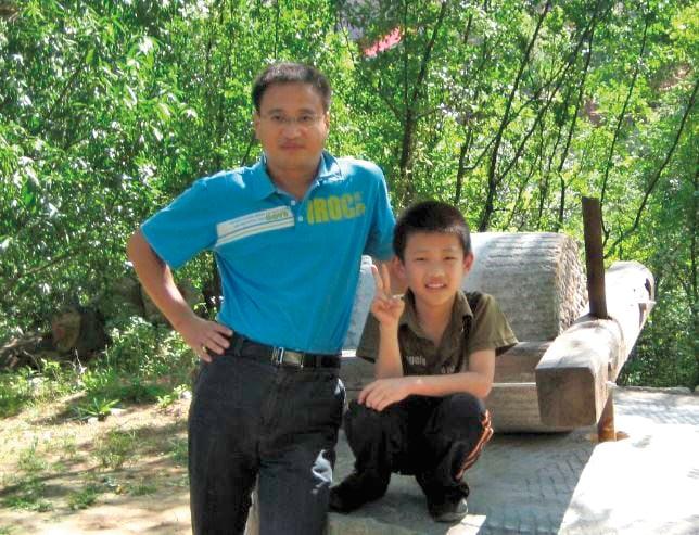 天行和爸爸王曉峰。王曉峰在中共610黑名單上多年,妻子馮曉敏被迫害致死後,無法撫養幼兒。(明慧網圖片)