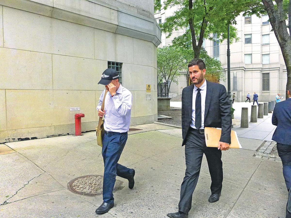 被告(左)與代表律師匆匆離開法庭。(蔡溶/大紀元)