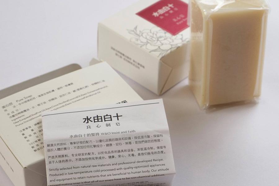 Stephanie了解到「水由白十」的製皂過程後,除了請廠家寄送樣本試用外,更親身飛去台灣與商家見面談合作。(「水由白十」Facebook)
