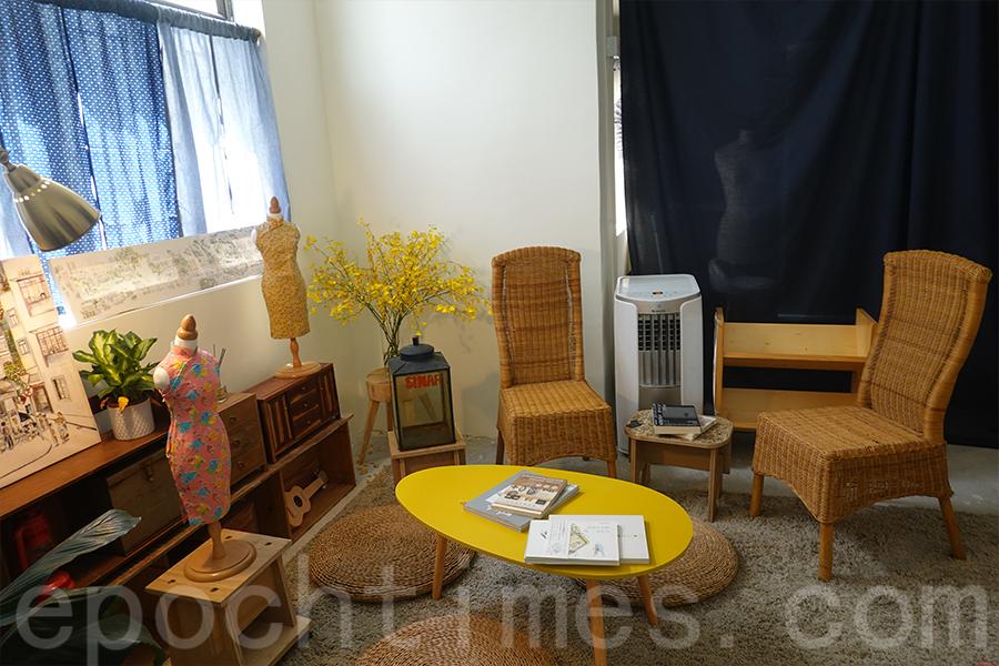 銅鑼灣白沙道展廳的迷你旗袍和木家具展品。(曾蓮/大紀元)