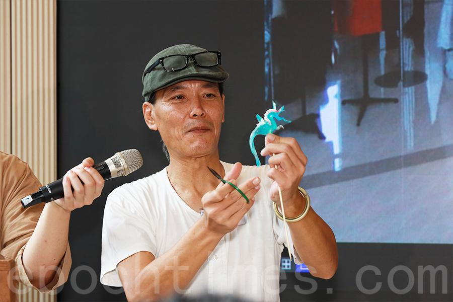 藝術家杜煥師傅即場示範吹糖技藝。(陳仲明/大紀元)