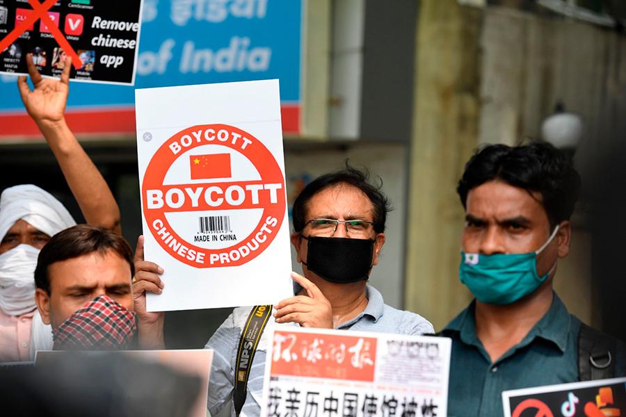 2020年6月30日在新德里舉行的示威遊行中,抗爭者成員舉起標語,敦促公民刪除中國應用程序並停止使用中國產品。(NOAH SEELAM/AFP via Getty Images)