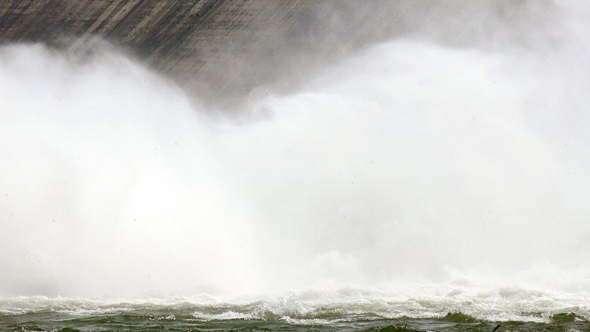 7月2日晚,中央氣象台持續發佈「暴雨藍色預警」,北京也受影響,當局警告不排除發生暴雨引發山洪爆發、山泥傾瀉、崩塌等災害。示意圖(GOH CHAI HIN/AFP via Getty Images)