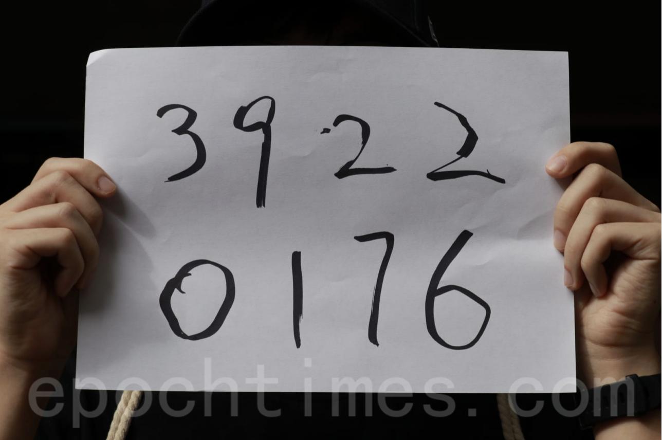 有人直接寫上一堆數字「3922 0176」以表心跡。當被問到有何意思,他只回答:「No Comment」。(杜夫/大紀元)