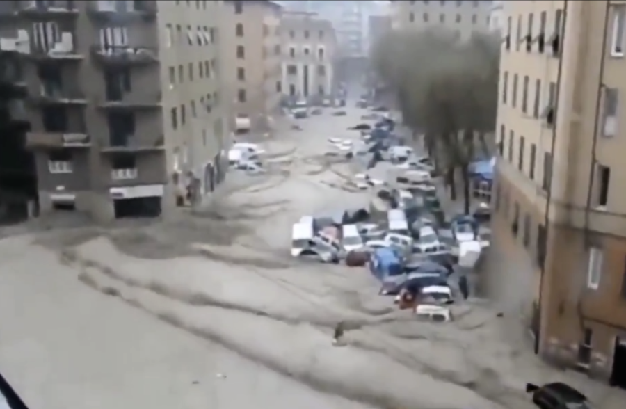 重慶多處路段塌方 車輛和工廠被於埋泥石流