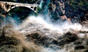 長江一號洪水逼近三峽大壩 川貴連環地震加劇潰壩危機