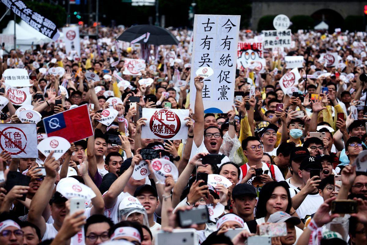 2019年6月23日,上萬的台灣民眾在台北總統府門前的凱達格蘭大道上舉行遊行集會,抵制被中共赤化的台灣媒體。(圖:HSU TSUN-HSU/AFP via Getty Images)