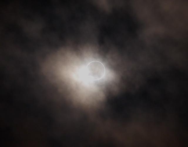 日食發生時伴隨者光暈、飄雲是大亂的表象,預示最高領導人可能遭到下屬暗算,失去權力。(pixabay.com)