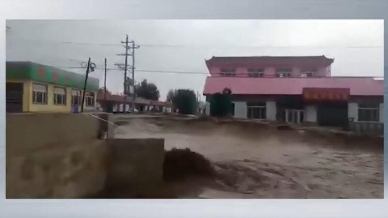 內蒙古赤峰市遭暴雨引發的山洪襲擊,一些城鎮被洪水淹沒。(影片截圖)