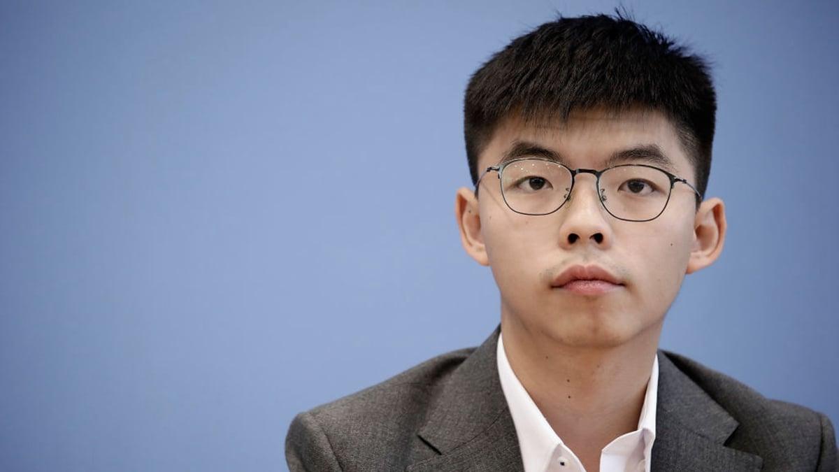 中共試圖用「港版國安法」嚇阻港人,但香港眾志秘書長黃之鋒仍一如既往掃街拜票,參與競選活動。(Carsten Koall/Getty Images)