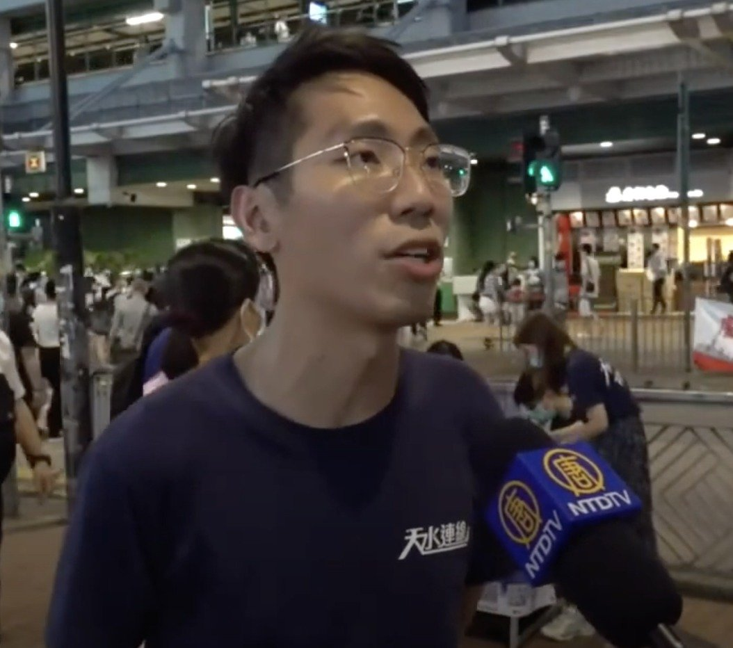 「天水連線」元朗區議員伍健偉昨晚接受大紀元記者的採訪。(大紀元直播截圖)