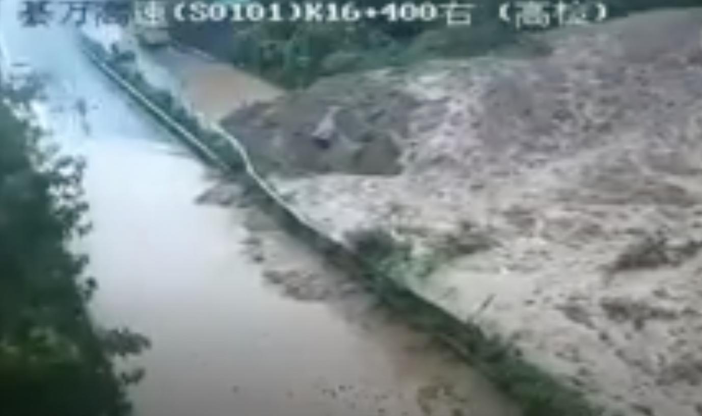 雲南昭通強降雨致多地出現山洪、泥石流、山泥傾瀉。(影片截圖)
