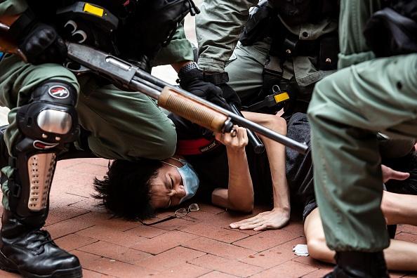 2019年,在香港反送中運動中,武警慣用膝蓋壓頭、壓頸的手法,來制服抗爭者。(ISAAC LAWRENCE/AFP via Getty Images)
