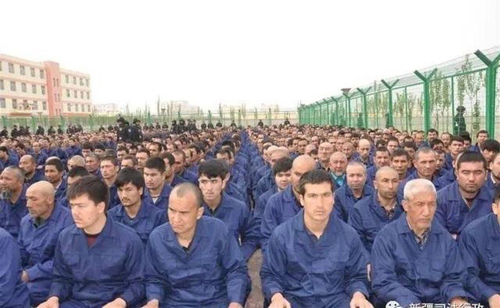 中國新疆「再教育營」。約有上百萬人被關進「再教育」集中營,接受強迫洗腦。 圖取自中共新疆司法廳微信公眾號。(資料照片)